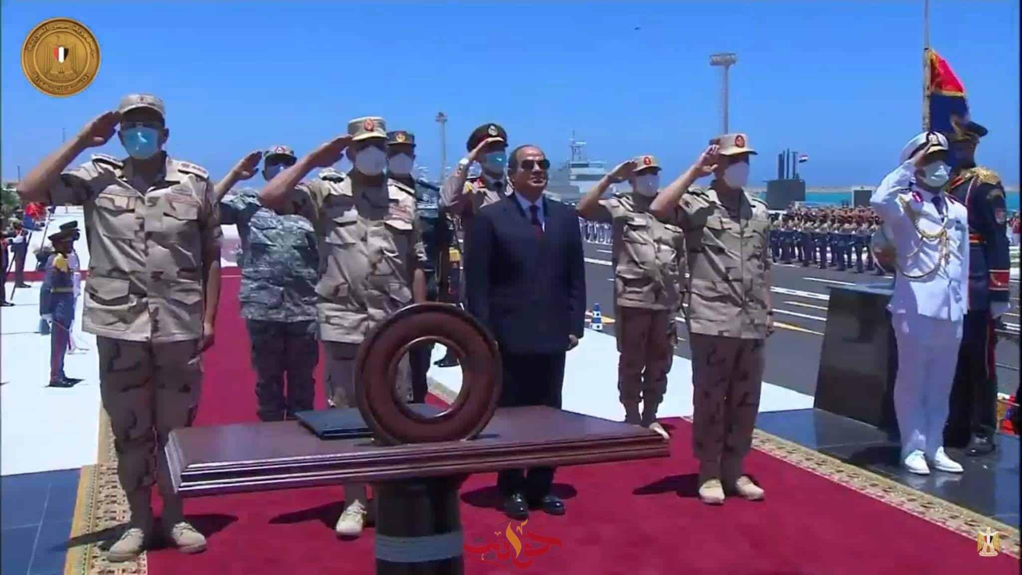 يسلم قائد قاعدة 3 يوليو أعلام الوحدات البحرية إيذانا - حواديت اون لاين